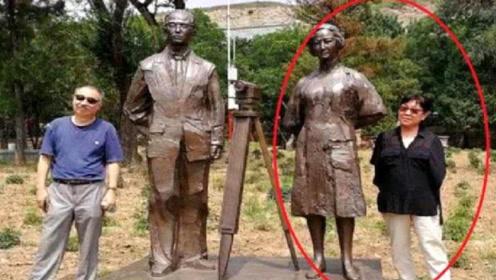 女子景区与雕像合照,抬头瞬间不淡定了,意外发生的措手不及!