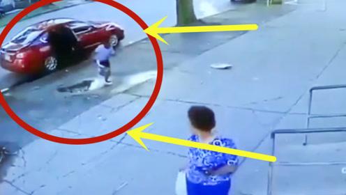 男孩坐车里等爸爸,突然下车疯狂奔跑,监控爆出事情真相!