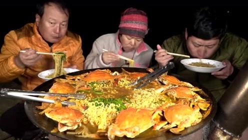 韩国一家三口的晚餐,8个螃蟹+泡面,吃不饱还加了白米拌菜汁