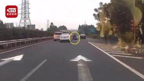 67岁老太骑车横穿高速被撞飞 称差2分钟就到家了