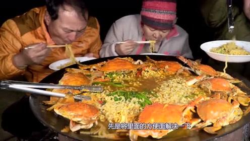 韩国农村一家人,大花蟹配方便面,今天可是连汤也没放过!