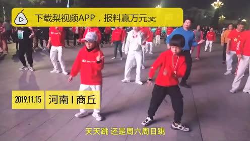 9岁小兄妹跟着妈妈跳广场舞,半年后超越妈妈C位领舞