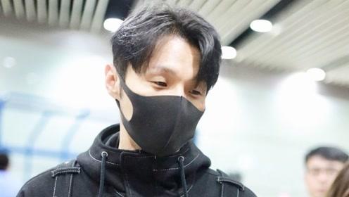李荣浩口罩遮面低调现身,身穿黑色大口袋风衣,玩转工装风