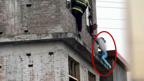 生死营救!轻生女孩被民警拉住剧烈挣扎 消防员伸援手推女孩进屋
