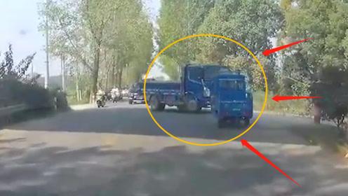 三轮车想与货车抢行,下一秒悲剧了!网友:不自量力!