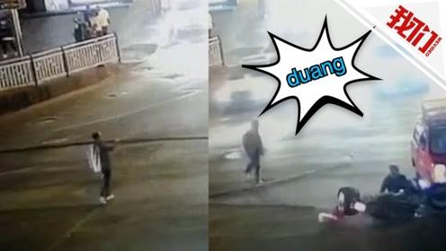 """实拍:大叔扛8米长钢材过马路 """"一棒子""""把摩托车驾驶员撂倒"""