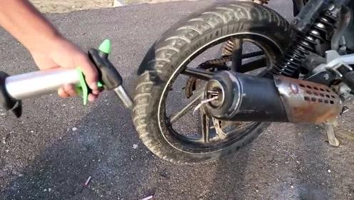 实验,摩托车排气管里放烟花,能崩出什么样的效果?