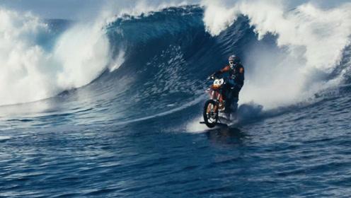 老外大耍特技,开改装过的摩托车表演水上漂移,下车差点出意外