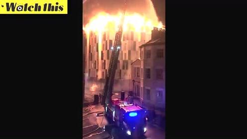 英国一学生宿舍起火 现场火势凶猛黑夜宛如白昼
