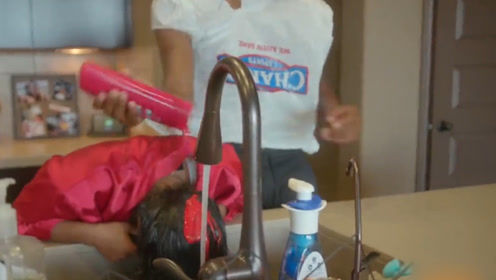 给女友洗头很浪漫?男友居然在洗发膏里掺杂粉色素!不要命了