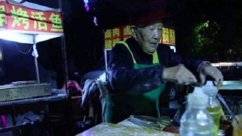 """每夜摆摊到凌晨5点,94岁""""煎饼奶奶""""的一句话,惊醒无数年轻人"""