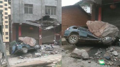 巨石滚落砸坏民房阳台压扁路边车辆 目击者:驾驶员刚出来几秒钟