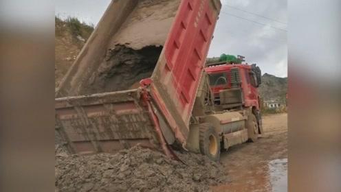 翻斗卸车倒不下来怎么办,看看老司机是怎么操作的
