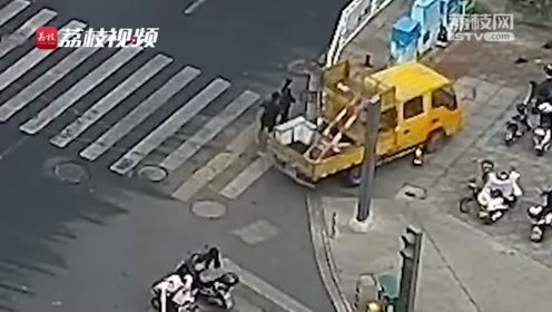 未拉手刹工程车后溜,危急时刻特警队员冲了上去