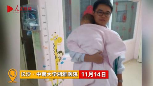 暖心!医生为让患儿安睡,抱着他在重症监护室走了一整夜