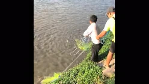 两位大哥撒网捕鱼!全程让人大开眼界!这一网得捕了多少鱼啊!
