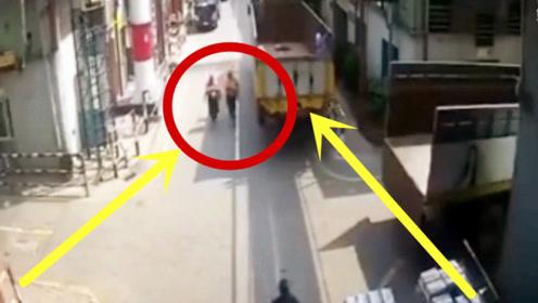 货车司机刚刚打开车后门,女子刚好经过,祸从天降!