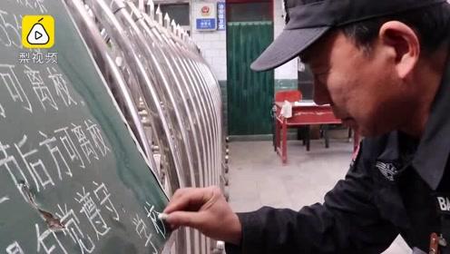 """最强扫地僧!中学保安写粉笔字如印刷体,""""承包""""校板报20年"""