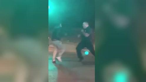 男子爱车车祸后失火 嫌消防员灭火太慢挥拳打人被抱摔