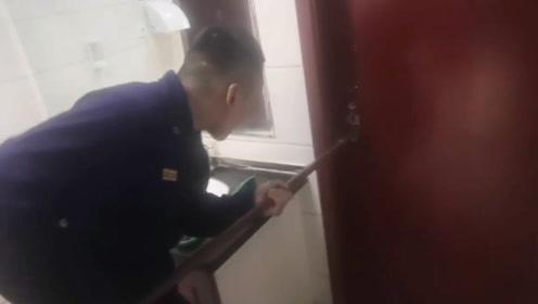机智如我!洛阳2初中生被困厕所 门缝递小纸条获救