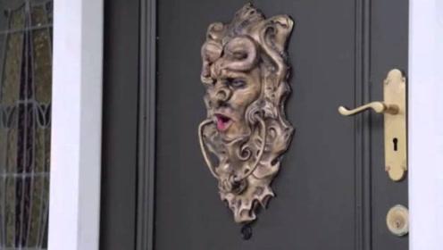 伪装成门上的浮雕,来敲门的人会有什么表现?路人表现太好笑了