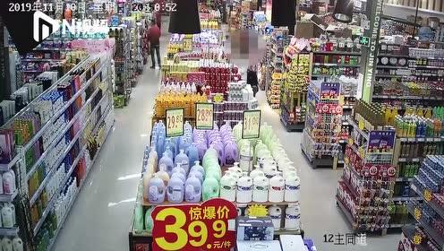 江门店长智擒两名盗窃嫌疑人,警方搜出数十瓶酒水摆满一地