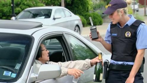 """老外假扮""""交警"""",在司机车上偷放酒瓶栽赃,这老司机反应绝了!"""