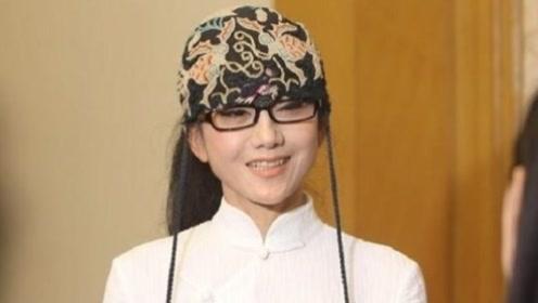 杨丽萍10年都没摘帽子,本以为是装饰,摘下帽子一瞬间被吓到了!