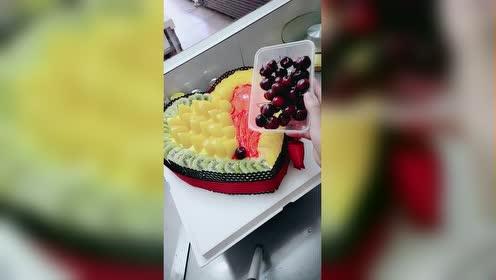 这个水果蛋糕做得真漂亮!水果真多!