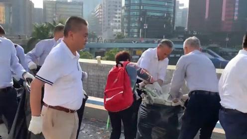 团结一致 止暴制乱! 大批香港市民自发前往红磡隧道清理路障杂物