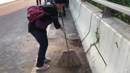 香港市民怒斥乱港暴徒:外国人都在帮我们收拾烂摊子,你们在干嘛?