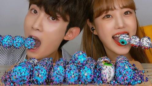 情侣吃流行软糖戏真多,蘸上高颜值星空糖,竟然变身成贪吃豆?
