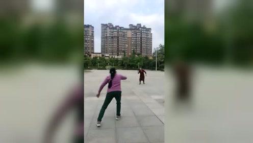 第一次见到这样打羽毛球的