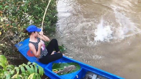 农村女孩在野外水坑钓鱼,钓到了一条超大鲶鱼,好高兴啊