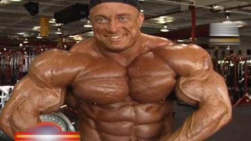 300斤的肌肉巨兽,肌肉块头逆天,出行要买两张票