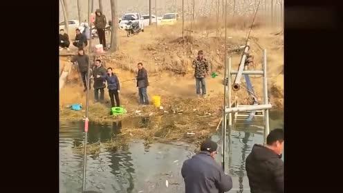 村后小河的冰刚融化,村民就拿着鱼竿齐上阵,场面太壮观!