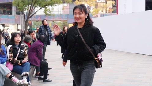 三里屯街拍:微胖女生善于穿搭往往更显时尚更讨喜