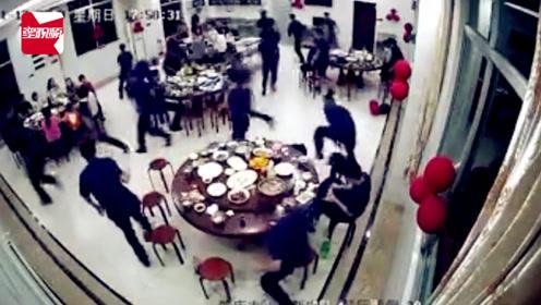 点赞!消防队庆祝战友新婚聚餐突遇警情,全员数秒内跑光