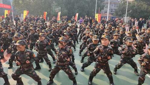 """幼儿园萌娃每日""""阅兵式""""迎同学:专门请退伍军人训练"""