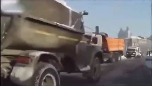 实拍桥路太窄!两大货车互不相让挤一条道!