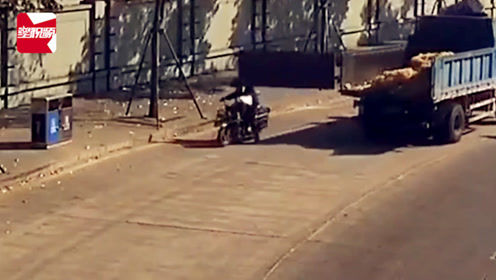 """惊险一幕!电动车被货车甩了一记""""大耳光"""",车上父子瞬间倒地"""