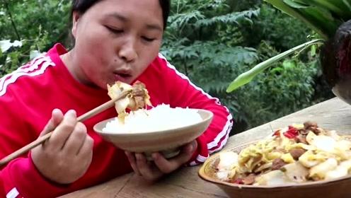胖妹想着法子搞新花样,猪肉炖粉条又要创新了,胖妹这样吃都吃不腻