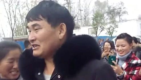 大衣哥每次出门后面都会跟着粉丝和村民,一点明星架子没有还和他们聊天!