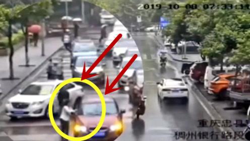 人追着车跑,女司机当场秀操作,监控拍下看呆路人的一幕