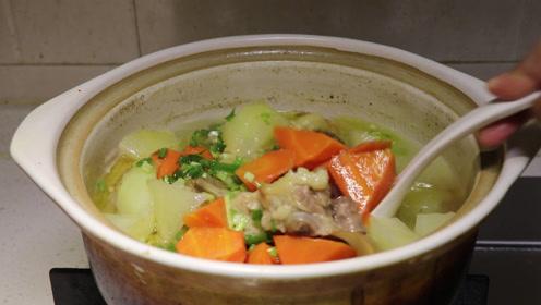 轩妈给小轩做了牛尾汤,看起来就特别诱人,轩妈的厨艺真是厉害哦
