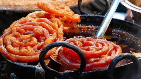 """印度街头""""奇特""""面饼,越炸越夸张,成品和中国辣条有的一拼"""