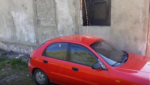 老外用1000℃铜水从高空倒在新买的汽车上,隔着屏幕都害怕溅到脸上啊!