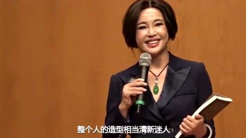 67岁刘晓庆与旧爱姜文25年后首同框,一袭白裙气质佳似少女