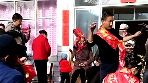 清海特有的婚礼习俗,需要边跳舞边向自己的亲人敬酒,场面十分的喜庆!