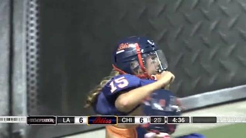 女球员假动作虚晃对手 独自带球冲入达阵区